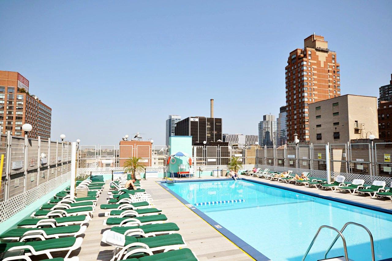 the watson hotel new york boka billiga resor online. Black Bedroom Furniture Sets. Home Design Ideas